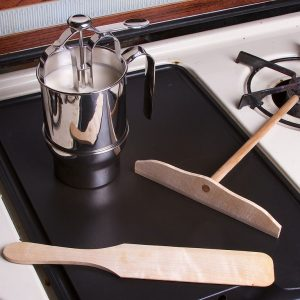 833px-Utensils_for_making_crepes-01